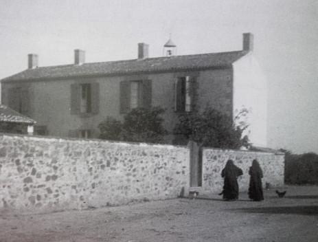La maison des sœurs et l'école des filles en 1898.
