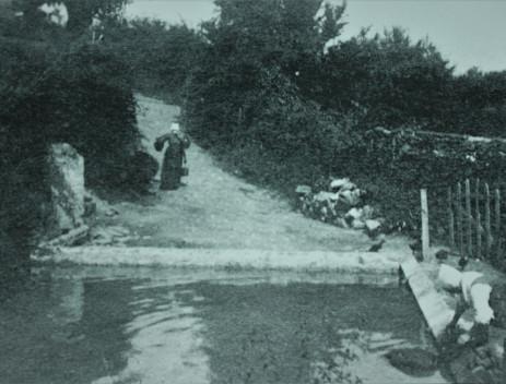 Le lavoir de Martinet en 1898. Pas encore recouvert de son abri.